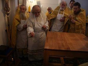 Помазание престола святым Миром. Фото: Ирина Сечина, Miloserdie.ru