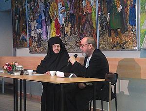 Президент фестиваля монахиня София (Ищенко) и писатель Алексей Солоницын.