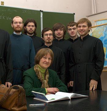 Надежда Касимовна Малинаускене со студентами Сретенской духовной семинарии