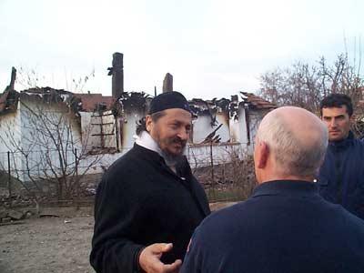 Владыка Афанасий обходит сожженные сербские дома в Липляне