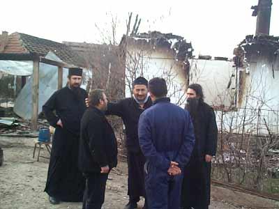 Владыка Афанасий, о.Михаил и о.Радивой Панич перед сожженными домами в Липляне