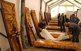Подготовка к передаче посмертных останков жертв террора ОАК (UCK). Мердаре. 13 октября 2006 г.