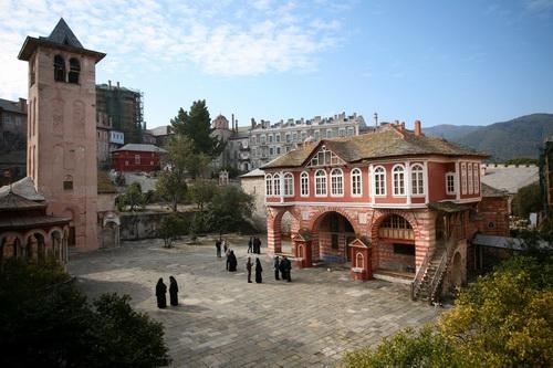 Площадь между главным храмом обители и трапезной