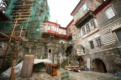 Некоторые здания находятся в состоянии реставрации, но эту работу выполняют наемные рабочие