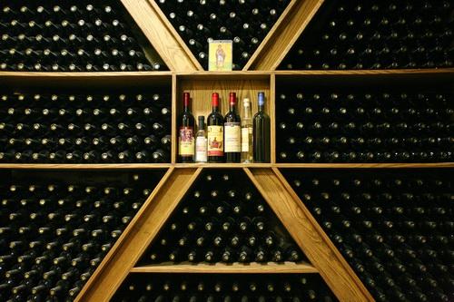 В год монастырь потребляет около 20 тонн вина: на трапезу, для Литургии и на продажу. За трапезой за каждым столом бутылка сухого вина. Монахам благословляется выпивать не больше трети чашки (около 80 мл), едят монахи два раза в день