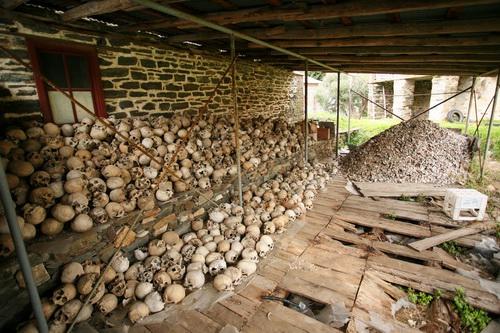 В здании костницы сейчас ремонт, поэтому кости монахов перенесли на улицу под навес. Когда живешь в монастыре, к смерти начинаешь относиться проще, и кости становятся совсем не страшные