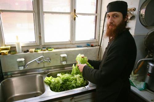Монах из Москвы моет салат в трапезной. Салат в Ватопеде тоже свой