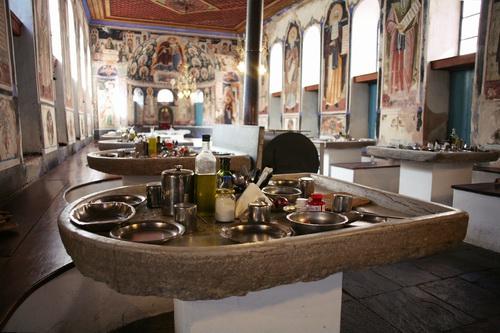 Эти столы были вывезены из Студийского монастыря в Константинополе перед тем, как город был разорен. Когда они сделаны точно не известно, но точно не позже X века. Каждый стол сделан из цельного куска камня, за ним помещаются около 8 человек