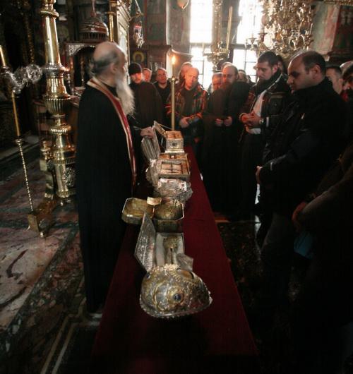 После службы паломникам выносят монастырские святыни. В том числе пояс Пресвятой Богородицы и главу свт. Иоанна Златоуста