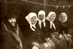 Diveyevo sisters (left to right): Schemanun Margarite, Nikodema, Susanahh, and others.