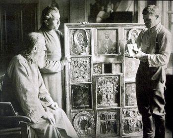 Загрузить увеличенное изображение. 800 x 641 px. Размер файла 176568 b.  Фото 1921 г. Демонтаж икон во время изъятия церковных ценностей в одном из московских храмов.