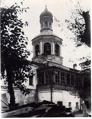 Загрузить увеличенное изображение. 622 x 800 px. Размер файла 92290 b.  Колокольня и Гостевая палата Сретенского монастыря со стороны двора.