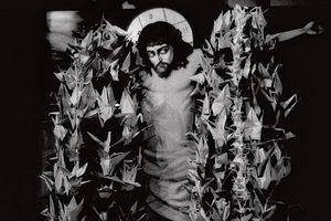 Загрузить увеличенное изображение. 625 x 417 px. Размер файла 37857 b.  Вверху Распятие в храме города Сендая украшено бумажными журавликами, которые прислали в знак поддержки верующие с Сахалина
