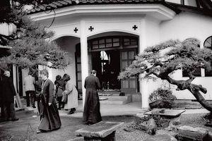 Загрузить увеличенное изображение. 625 x 417 px. Размер файла 46243 b.  По японской традиции в православный храм заходят, как в мечеть — разувшись