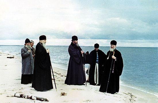 На Чудском озере. В центре - владыка Алексий (Ридигер), будущий Патриарх, слева - священник Василий Борин