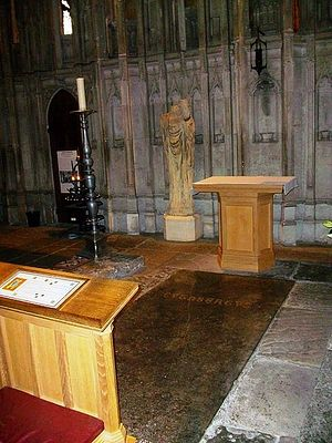 Загрузить увеличенное изображение. 450 x 600 px. Размер файла 66663 b.  Рака святого Кутберта и его статуя с головой святого короля Освальда в Даремском соборе