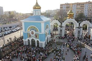 Загрузить увеличенное изображение. 800 x 534 px. Размер файла 237542 b.  Очередь верующих к мощам блаженной Матроны. Ташкент