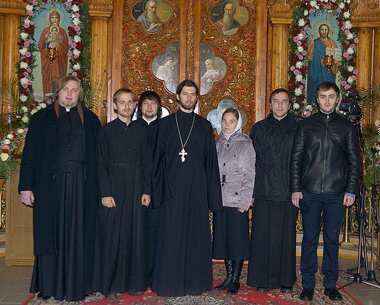 Священник Алексий Веретельников с супругой и друзьями после рукоположения