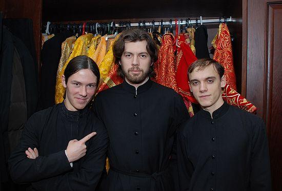 Алексий Веретельников с друзьями на послушании ризничего. Фото: Антон Поспелов