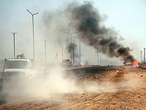Дым от взрывов во время столкновений между боевиками виден в направлении города Сэхда в южной Ливии. Reuters/Ibrahim Azagaa