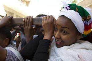 Эта девушка, вместе со своими единоверцами несущая деревянный крест, приехала в Иерусалим из Эфиопии. AFP PHOTO / JACK GUEZ