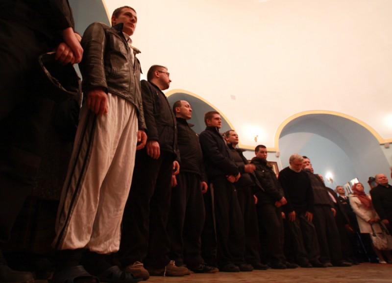Пасхальная миссия в Бутырке.  На литургии молились вместе сотрудники Бутырки, заключенные, ветераны тюрьмы, и миссионеры.  Фото: Ю. Руденко
