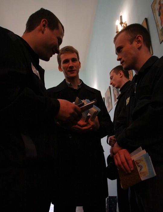 Пасхальная миссия в Бутырке.  Ребята с радостью общались с миссионерами, принимая Пасхальные поздравительные открытки и книги.  Фото: Ю. Руденко