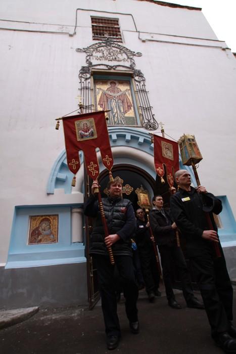 Пасхальная миссия в Бутырке.  После Литургии состоялся Праздничный крестный ход вокруг храма.  Фото: Ю. Руденко