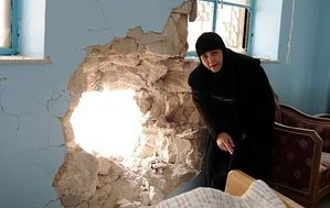 Игуменья монастыря Рождества Пресвятой Богородицы в Седнайе показывает келью, в которую в ночь на 29 января попал снаряд, когда монастырь был обстрелян боевиками