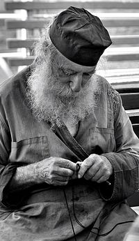 Афонский монах вяжет четки
