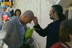 Монах благословляет паломников