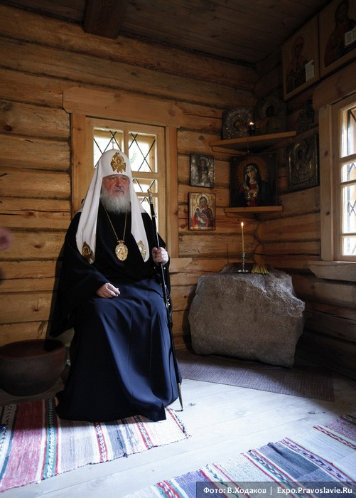 Патриарх Кирилл в келье прп. Серафима. Фото: Владимир Ходаков