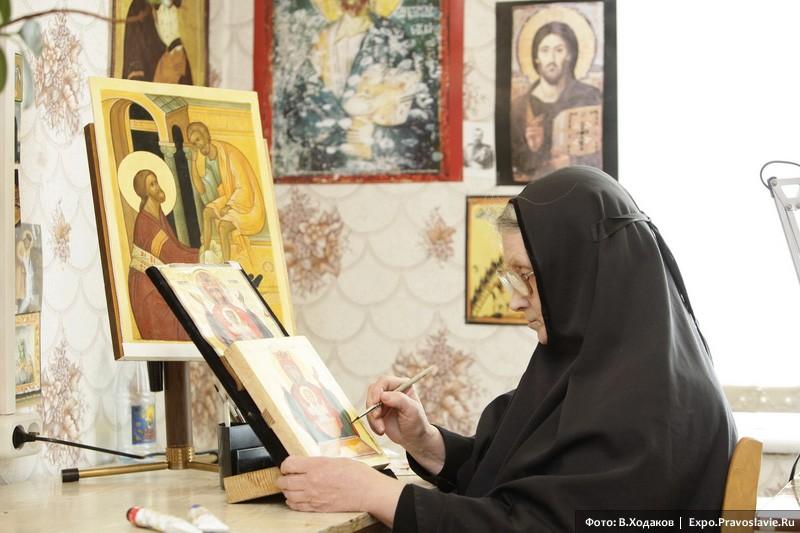 Монахиня-иконописец. Фото: Владимир Ходаков