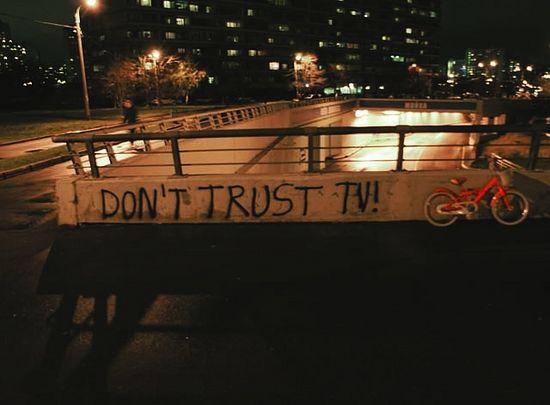 Надпись на ограждении: «Не верь ТВ!» Фото Арсения Русака