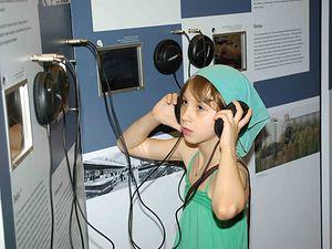 Одна из первых посетительниц выставки