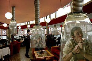 Ресторан в Японии - курить можно только так.