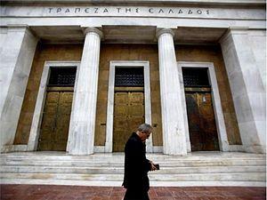 Житель Афин у Центрального банка Греции. Фото: Kostas Tsironis/Bloomberg files