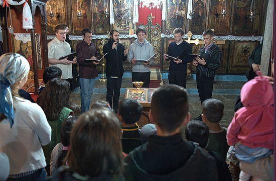 Хор је наступио и у цркви Успења Пресвете Богородице у Ораховцу.