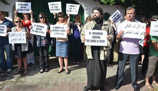 Манифестация против сноса храма Успения Божией Матери. Касабланка, Марокко, 4 июня 2012.