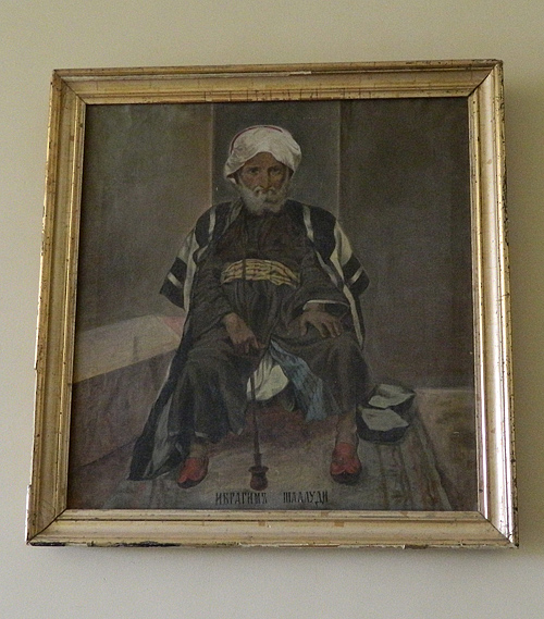 В здании паломнического приюта - портрет шейха Ибрагима Шелуди - владельца участка с Мамврийским дубом, продавшего чрез посредника землю Русской Духовной Миссии. Вскоре после продажи он был убит единоверцами