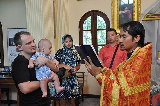 Священник Даниил Ванна совершает крещение младенца. Фото: А.Поспелов / Православие.Ru