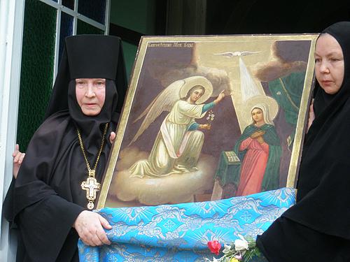 Игумения Георгия с иконой Благовещения