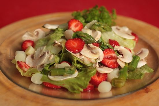 Салат из спаржи и клубники с шампиньонами