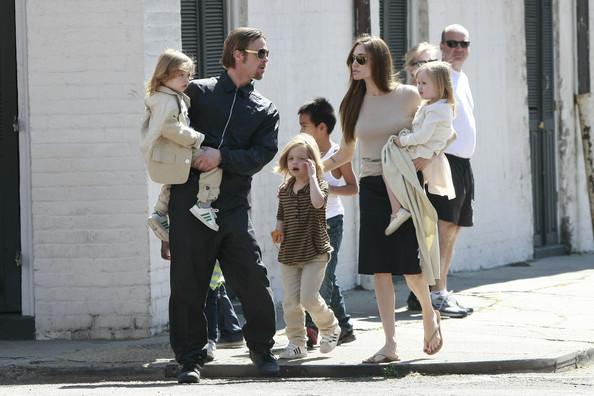 Среди моделей поведения, рекламируемых современным обществом - сожительство вне брака. Несмотря на шестерых детей, Джоли и Питт до сих пор не женаты.