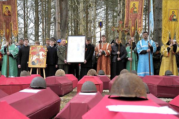 Захоронение останков погибших воинов во время ежегодного Георгиевского кресного хода