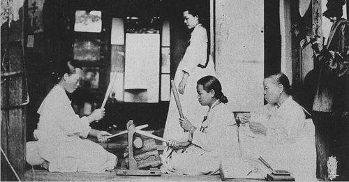 Корейские женщины за домашней работой. 1904 г.