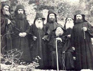 Братство Иосифа Исихаста. Отец Иосиф четвертый справа позади сидящего старца