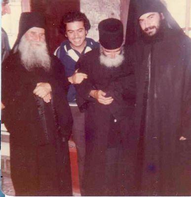 1982 год. Старец Иосиф Ватопедский в монастыре Кутлумуш с преподобным Паисием Святогорцем и своим духовным чадом иеромонахом Афанасием (ныне митрополитом Лимасольским)