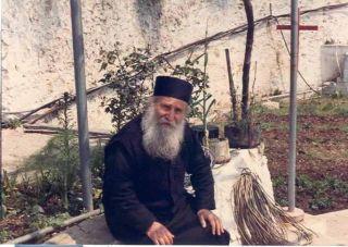Отдых после послушаний. Старец никогда не отказывался ни от одной работы. Он был «послушником любви»