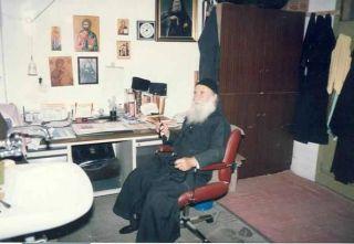 Старец Иосиф перед своим письменным столом. Здесь он проводил много времени, отвечая на письма и работая над своими книгами